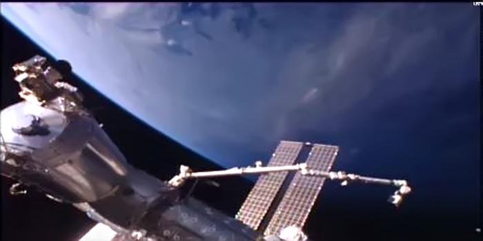OVNI / UFO em formato de charuto é avistado próximo da ISS, e NASA corta filmagem