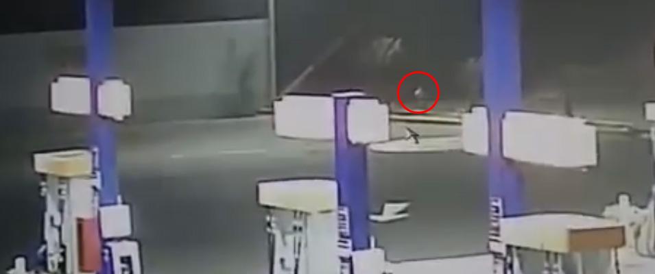 Alien filmado próximo a posto de combustível